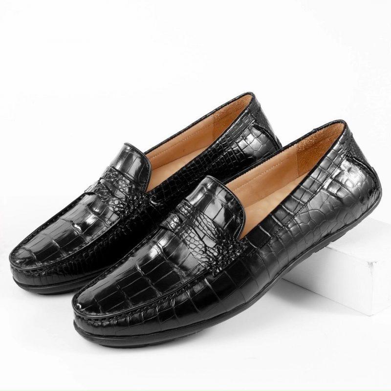 <em>Giày lười da cá sấu được làm từ da cá sấu nhập khẩu Thái Lan</em>