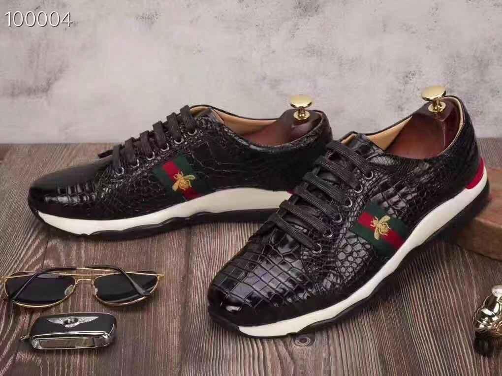 <em>Giày thể thao sneaker da cá sấu</em>