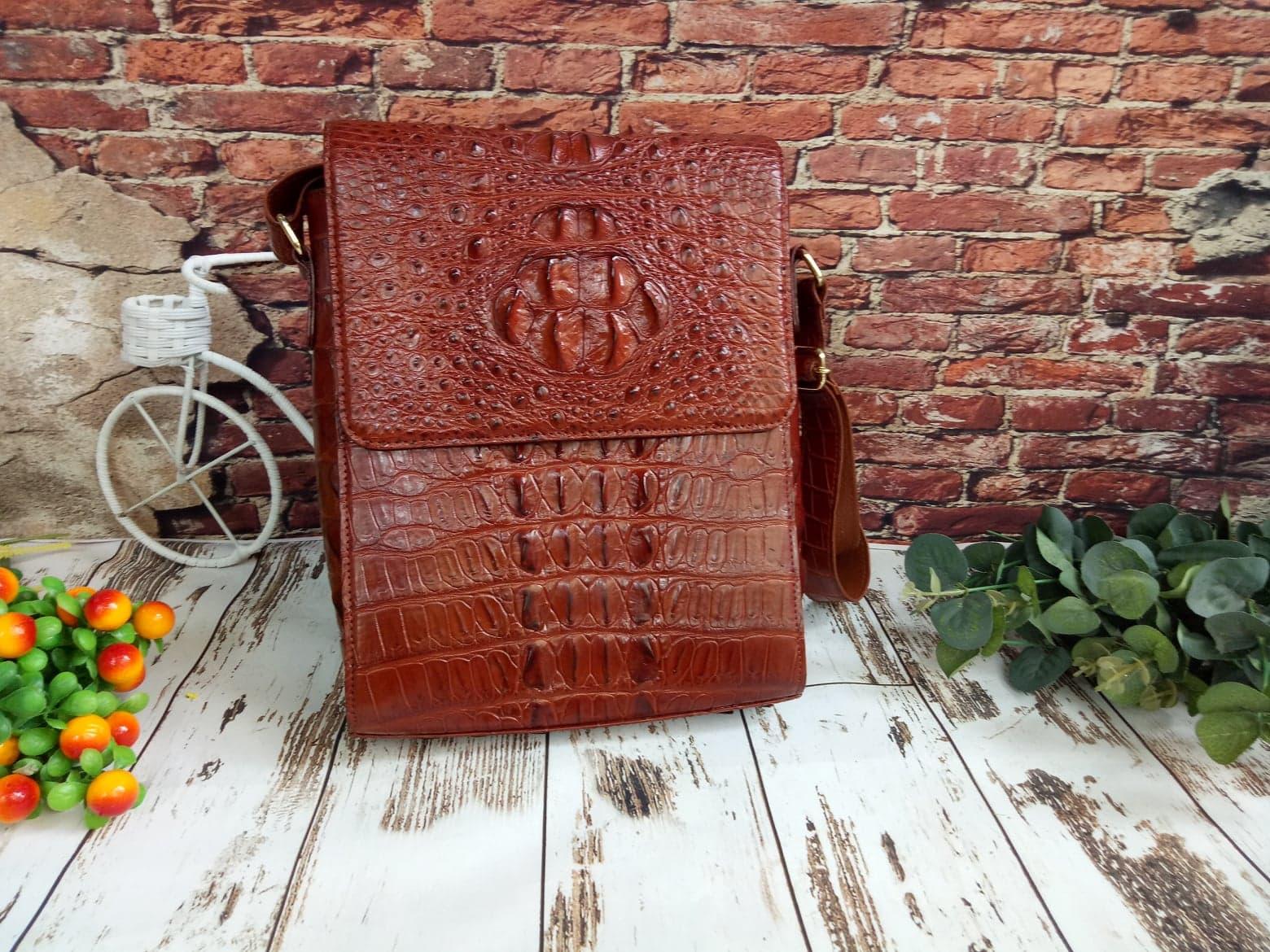 Túi xách đeo chéo Ipad nam da cá sấu màu nâu đỏ – TXIPNDG011S