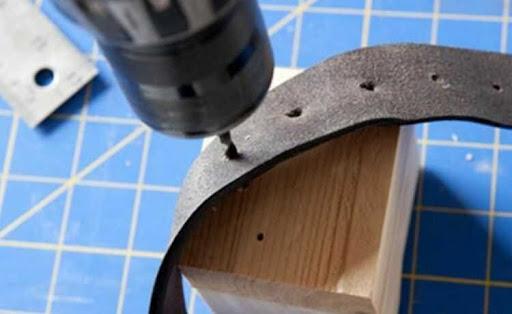 Khoan điện là một dụng cụ có sẵn tại nhà có thể đục lỗ thắt lưng da tại nhà
